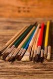 Färben Sie Malerpinsel auf dem vertikalen Foto, das auf hölzernes Brett gesetzt wird Lizenzfreies Stockfoto