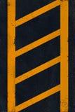 Färben Sie Markierung auf schwarzem Asphalt gelb Stockfotografie