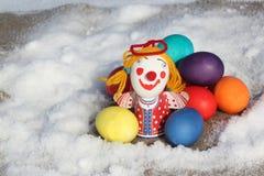 Färben Sie Ostereier mit einer Spielzeugzahl des kleinen Mannes Stockfotografie