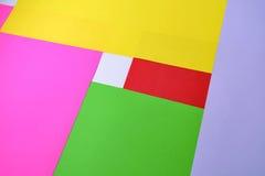 Färben Sie Papier-, abstrakte Zusammensetzung, den Hintergrund mit den gelben, rosa, roten und grünen Tönen Stockfotografie