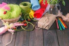 Färben Sie Papier, Bleistifte, verschiedene washi Bänder, Handwerksscheren Lizenzfreies Stockfoto