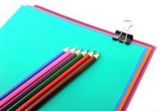 Färben Sie Papiere, schwarzen Klipp und Bleistifte Stockfotos