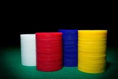Färben Sie Schuss eines Stapels verschiedener Pokerchips Stockfotografie