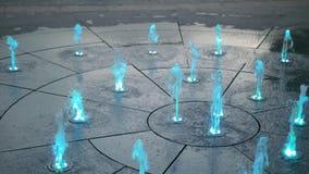 Färben Sie Straßenbrunnen an der Straße der Stadt stock video