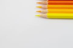 Färben Sie warmen Ton der Bleistifte auf weißem Hintergrund Stockfoto
