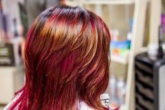 Färbendes Haar des Berufsfriseurs Mehrfarben mit dem Ausdehnen des Farbtons stockbild