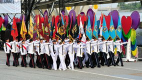 Färbt die Partei, die vorüber während marschiert Wiederholung 2013 der Nationaltag-Parade-(NDP) Stockfotografie