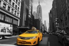 Färbt Fahrerhäuser auf 5. Handels NYC gelb lizenzfreie stockfotografie