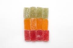 Färbt Marmelade im Zucker, der auf Weiß lokalisiert wird Lizenzfreies Stockfoto