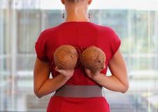 Färdig affärskvinna med två kokosnötter Arkivfoto