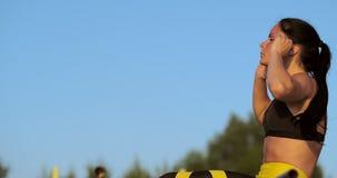 Färdig brunettkvinna som gör att öva för hennes buk- muskler stock video