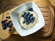 Färdig frukosthirs med blåbär royaltyfria foton