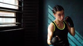 Färdig härlig ung boxningkvinnautbildning som stansar i konditionstudioultrarapid arkivfilmer