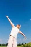 Färdig hög kvinna som upp till ser himlen, medan tycka om avgång royaltyfri bild