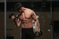 Färdig idrottsman nen Exercise With Dumbbells Royaltyfria Bilder