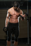 Färdig idrottsman nen Exercise With Dumbbells Royaltyfri Fotografi