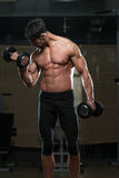 Färdig idrottsman nenDoing Exercise For biceps Fotografering för Bildbyråer