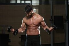 Färdig idrottsman nenDoing Exercise For biceps Arkivbilder