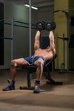 Färdig idrottsman nenDoing Exercise For bröstkorg Arkivfoton