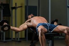 Färdig idrottsman nenDoing Exercise For bröstkorg Arkivbild