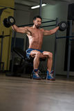 Färdig idrottsman nenDoing Exercise For skuldra Royaltyfria Foton