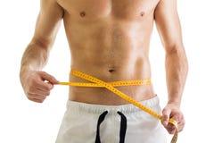 Färdig kropp av den shirtless mannen med måttband Arkivbilder
