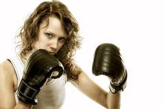 Färdig kvinnaboxning - som isoleras över vit Arkivfoton