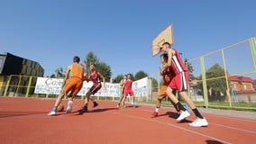 Färdig manlig spela basket arkivfilmer