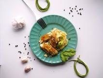 Färdig matställetorsk på zucchinispagetti, läckert och lätt att göra, sund maträtt arkivfoton