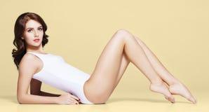 Färdig och sportig flicka i underkläder Härlig och sund kvinna som poserar i den vita baddräkten fotografering för bildbyråer