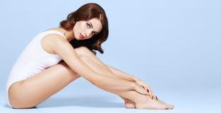 Färdig och sportig flicka i underkläder Härlig och sund kvinna som poserar i den vita baddräkten arkivfoton