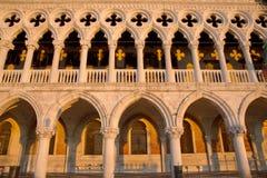 Färdig sikt av Dodge slottdetaljer och gula skuggor, Venedig Italien Royaltyfri Bild