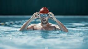 Färdig simmare i lock på pölen royaltyfri bild