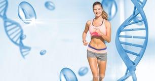 Färdig spring för ung kvinna förbi DNAstrukturen Royaltyfri Fotografi