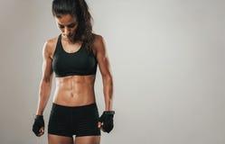 Färdig sund ung kvinnlig idrottsman nen arkivfoton