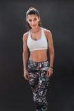 Färdig ung kvinna i sportkläder royaltyfri foto