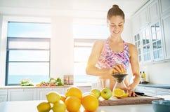 Färdig ung kvinna som förbereder sund fruktfruktsaft Arkivfoton