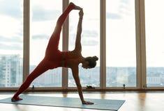 Färdig ung kvinna som gör idrotts- ställing Royaltyfria Foton