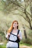 Färdig ung kvinna som vandrar ut Arkivfoton