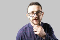 Färdig ung man som poserar över grå bakgrund arkivfoto