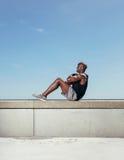 Färdig ung man som utomhus övar Arkivfoton