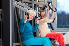 Färdiga äldre damer som utarbetar på idrottshallen arkivfoto