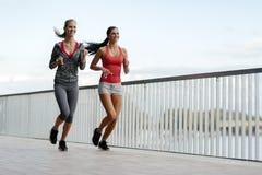 Färdiga kvinnor som utomhus joggar Royaltyfria Foton
