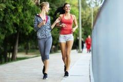 Färdiga kvinnor som utomhus joggar Royaltyfri Foto