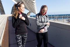 Färdiga två och sportiga unga kvinnor som kopplar av efter, utarbetar i PA Royaltyfri Foto