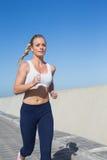 Färdigt blont jogga på pir Royaltyfri Bild