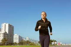 Färdigt blont jogga på pir Royaltyfri Fotografi