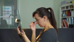Färgögonfrans för ung kvinna stock video
