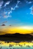 Färg av solnedgången reflekterar på vatten Royaltyfria Bilder
