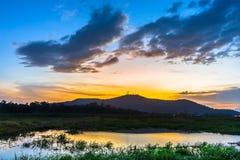 Färg av solnedgången reflekterar på vatten Arkivfoto